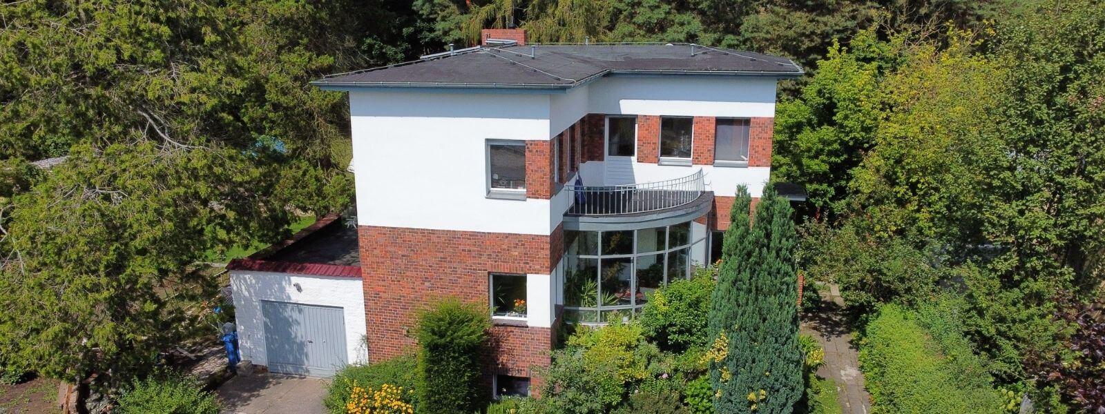 Luftaufnahme eines Einfamilienhauses in Rahnsdorf in Berlin.