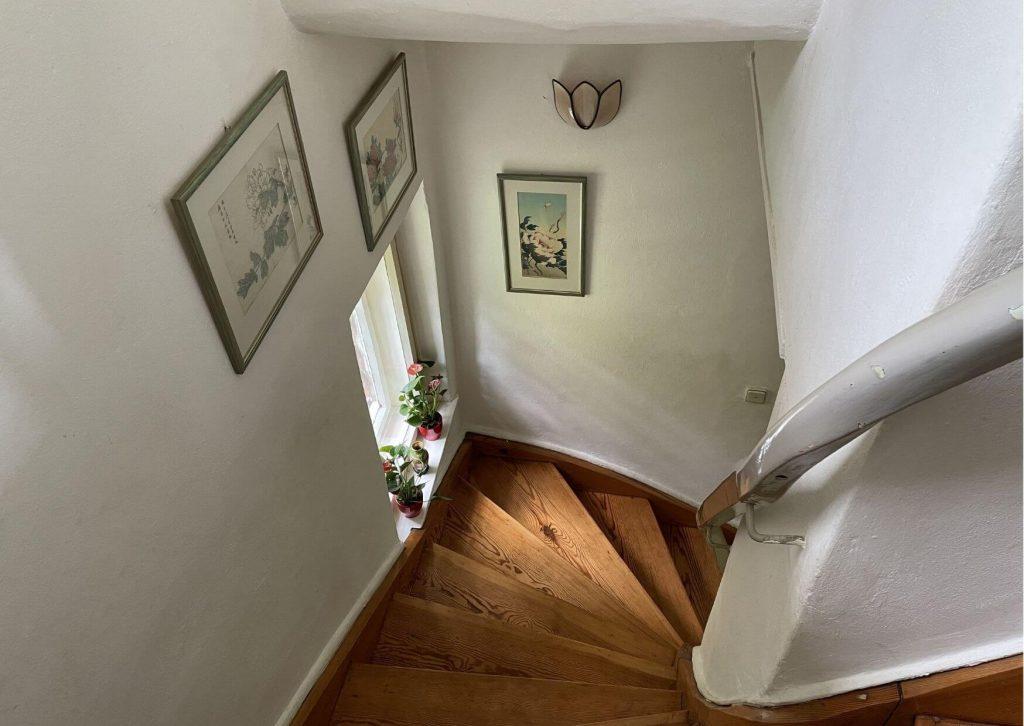 Schicke Holztreppe im Haus.
