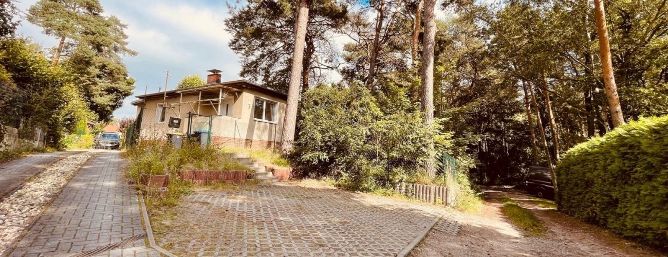 Eine alte Hausfassade in der Nähe eines Waldes.