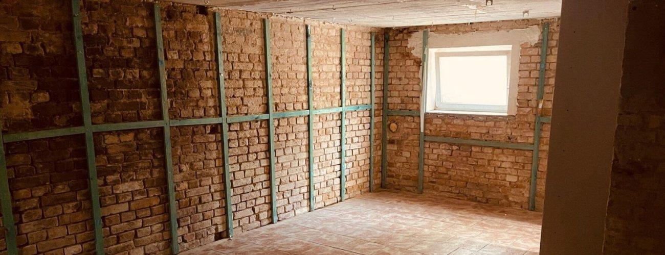 Keller in einem renovierungsbedürftigen Einfamiliehaus.