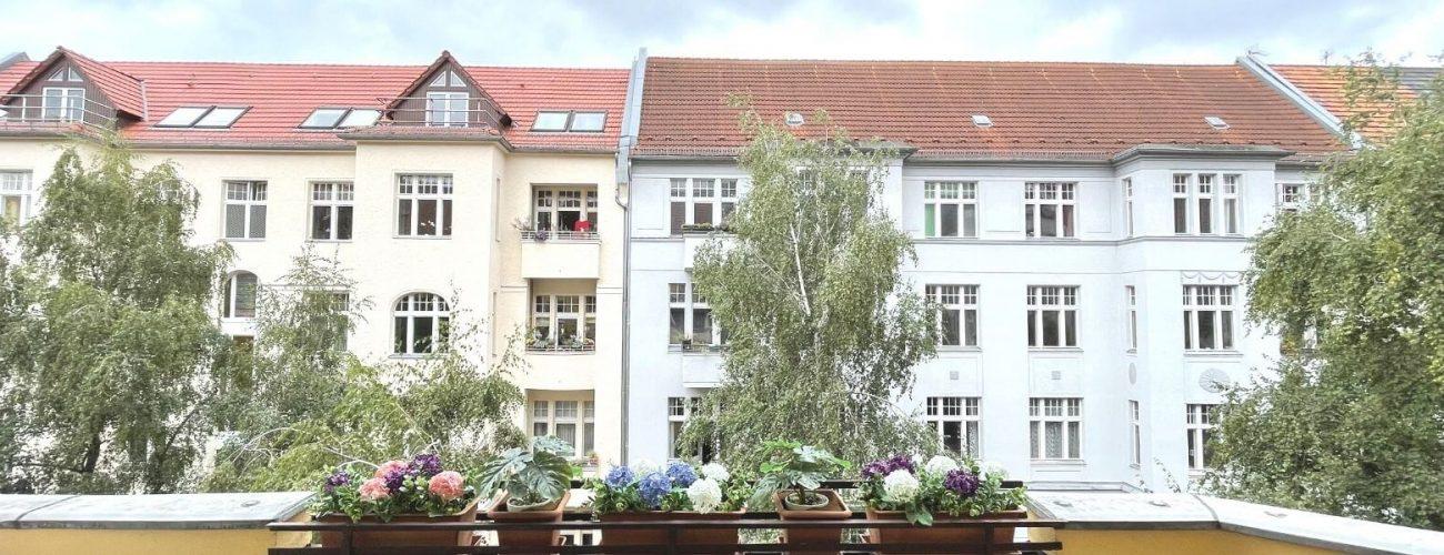 Mehrfamilienhaus von einem Balkon aus betrachtet.