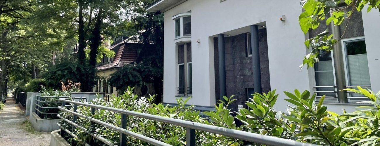 Eingangsbereich eines Mehrfamilienhauses im Grunewald Berlin.
