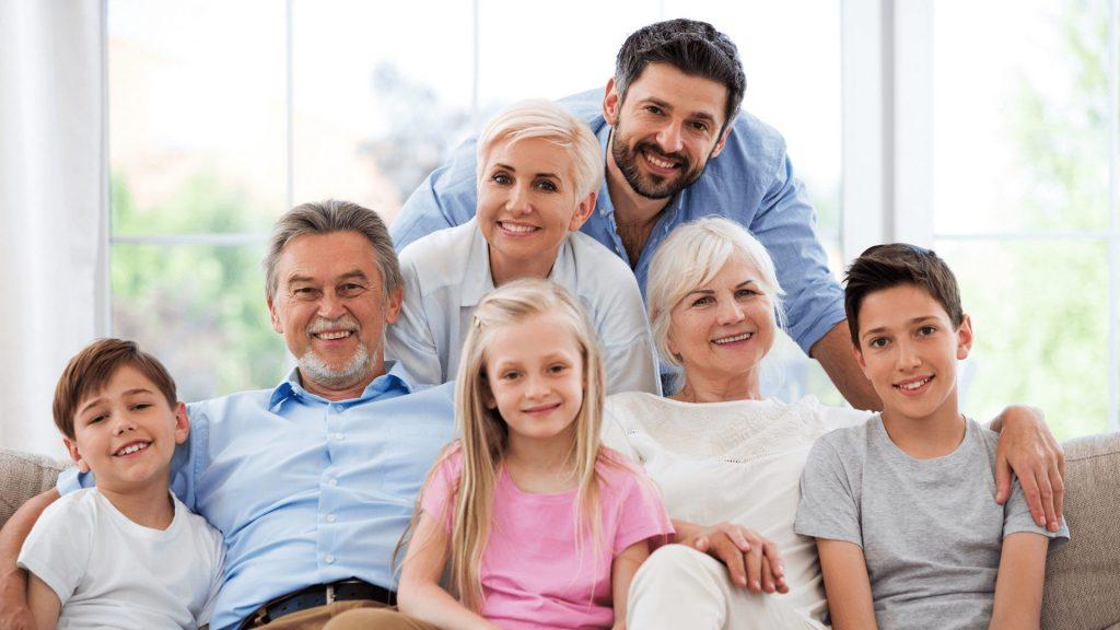 Eine glückliche Familie auf einer Couch.
