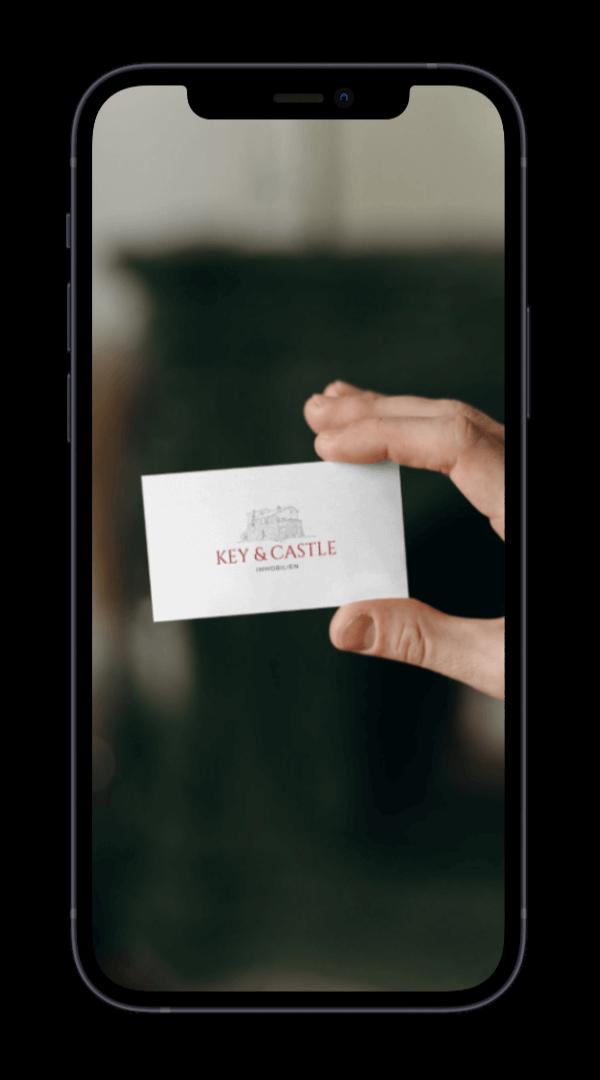 iPhone 12 mit einer Visitenkarte als Screen.