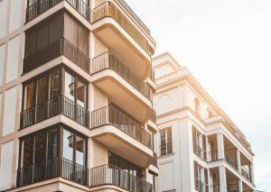 Attraktive Wohnimmobilien in Berlin als profitable Geldanlage. 2 schöne Mehrfamilienhäuser mit Balkon.