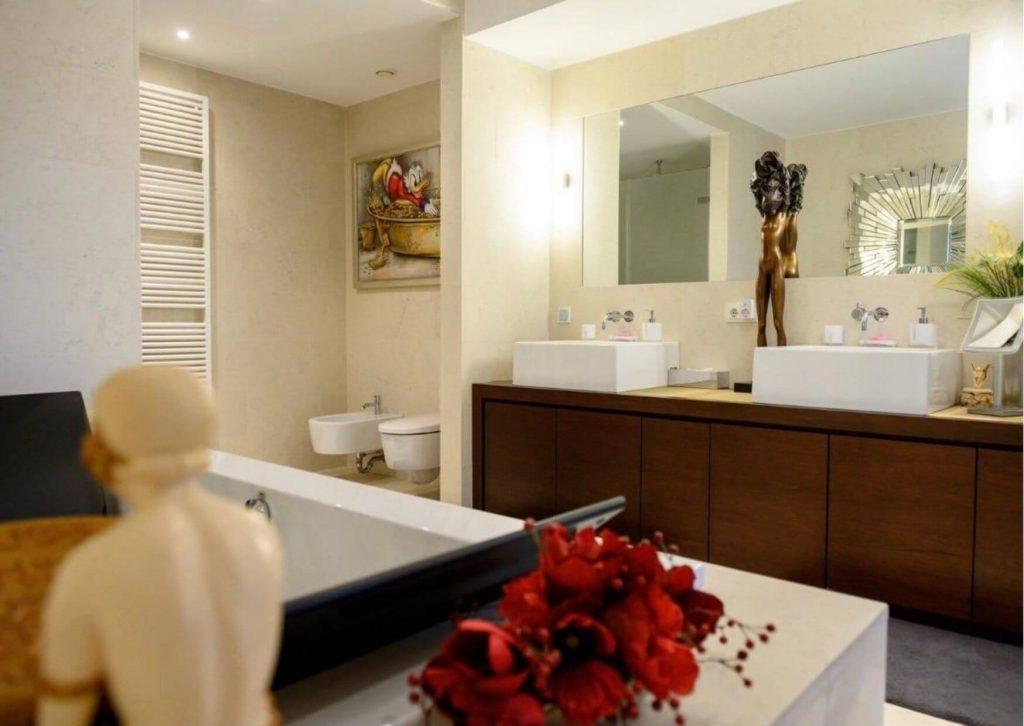 Luxuriöses Badezimmer im modernen Stil.