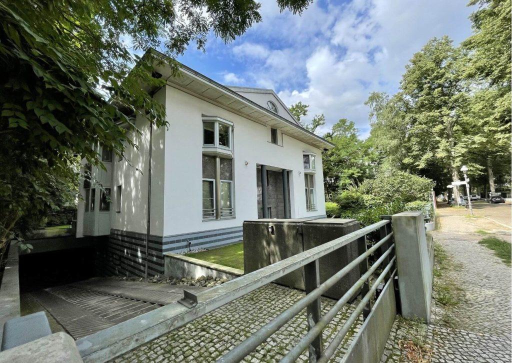 Weißes Mehrfamilienhaus im Villenviertel im Grunewald Berlin.