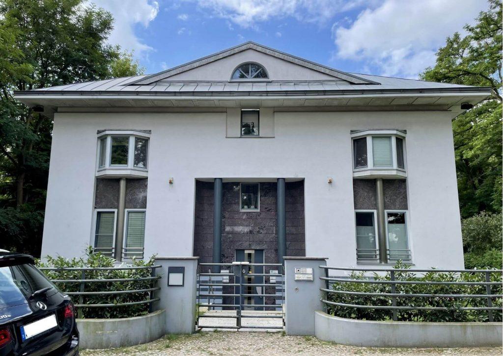 Weißes Mehrfamilienhaus kaufen im Villenviertel im Grunewald Berlin.