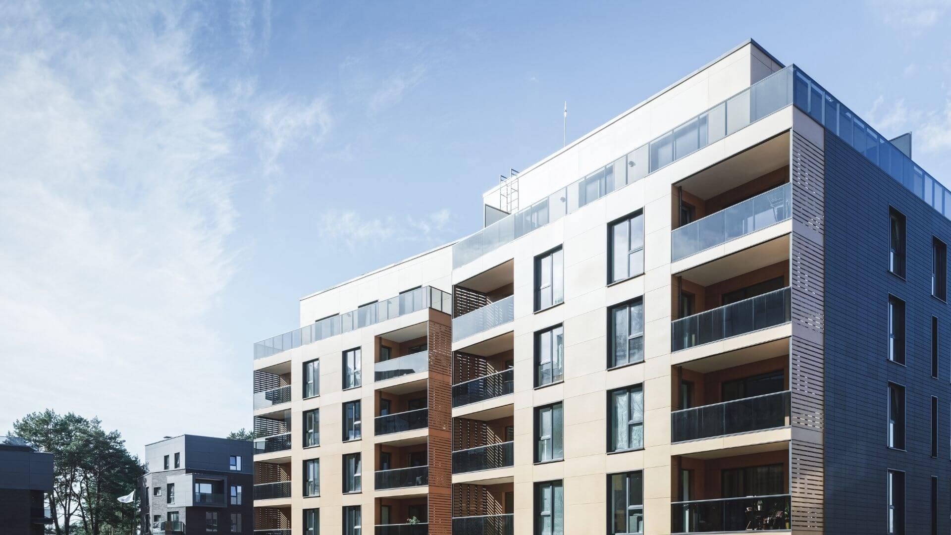 Moderne Mehrfamilienhaus zu verkaufen. Der Bau der Giganten geht voran. Renditeobjekte sind gefragter denn je. Der Bau der Mehrfamilienhäuser bestimmt unsere Zeit.